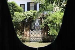 Gartentür mit Mauer